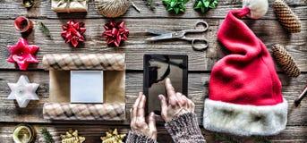 Preparando un regalo del ` s del Año Nuevo en casa Imagen de archivo libre de regalías