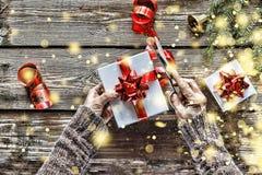 Preparando un regalo del ` s del Año Nuevo en casa Campana de la Navidad, decoraciones de la Navidad, copos de nieve de oro, niev Imagenes de archivo