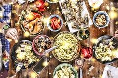 Preparando un regalo del ` s del Año Nuevo en casa Campana de la Navidad, decoraciones de la Navidad, copos de nieve de oro, niev fotografía de archivo libre de regalías