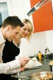 Preparando una comida junto Fotografía de archivo libre de regalías