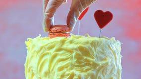 Preparando y adornando la torta rosada del partido Imagen de archivo