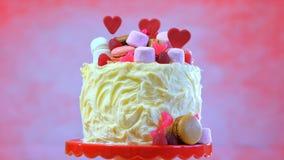 Preparando y adornando la torta rosada del partido Fotografía de archivo
