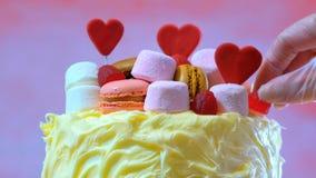 Preparando y adornando la torta rosada del partido Fotografía de archivo libre de regalías