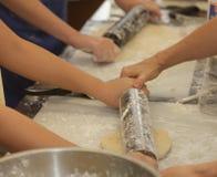 Preparando y haciendo las empanadas de manzana Imágenes de archivo libres de regalías