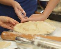 Preparando y haciendo las empanadas de manzana Foto de archivo