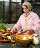 Preparandosi per la cena del Ramadan Immagine Stock