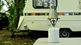 Preparar el café en un bosque almacen de metraje de vídeo