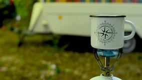 Preparar el café en un bosque metrajes