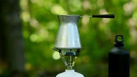 Preparar el café en un bosque verde metrajes
