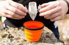 Preparar el café en una taza imagen de archivo libre de regalías
