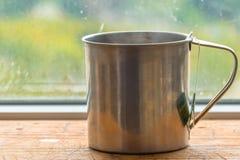 Preparar la bolsita de té en taza del metal foto de archivo libre de regalías
