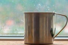 Preparar la bolsita de té en taza del metal imagenes de archivo