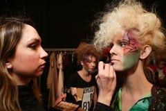 Preparar-se do modelo de bastidores no desfile de moda do FTL Moda durante a queda 2015 de MBFW Fotografia de Stock Royalty Free