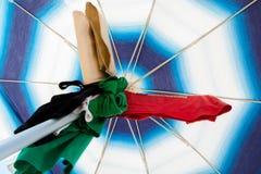 Preparar-se para mergulhar sob um guarda-chuva de praia Fotografia de Stock Royalty Free