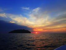 Preparar-se para uma aventura do mergulho da noite com opinião bonita do por do sol na superfície imagens de stock royalty free