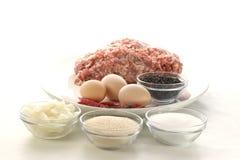 Preparar-se tritura para fazer meatballs Imagens de Stock