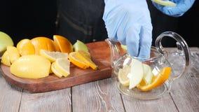 Preparar té de la fruta fresca Variedad de frutas cortadas que son puestas en caldera de té Fabricación de la bebida sana C?mara  almacen de metraje de vídeo