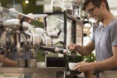 Preparar un buen café es un arte imagen de archivo libre de regalías