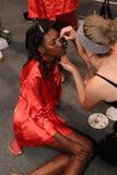 Prepararsi dei modelli dietro le quinte prima del KYBOE! sfilata di moda Immagine Stock