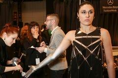 Prepararsi del modello dietro le quinte alla sfilata di moda di FTL Moda durante la caduta 2015 di MBFW Immagini Stock Libere da Diritti