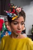 Prepararsi del modello dietro le quinte alla sfilata di moda di FTL Moda durante la caduta 2015 di MBFW Immagine Stock