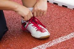 Prepararsi di prova delle scarpe da corsa del corridore Fotografia Stock