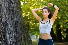 Prepararsi femminile di bella misura per l'allenamento Fotografia Stock