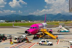 Preparation of aircraft Wizzair in Bergamo to fly Stock Photos
