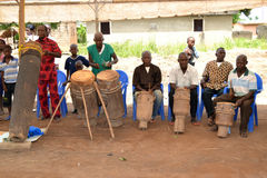 PREPARATION BEFORE THE FRANCOPHONE GAMES IN IVORY COAST. African traditional art group preparing through the sound of djembe drums open publishing games of the Stock Image