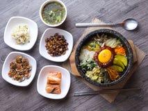 Preparato coreano del riso con le verdure e l'uovo con salsa coreana fotografia stock libera da diritti