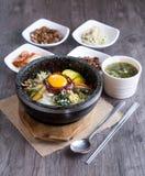 Preparato coreano del riso con le verdure e l'uovo con salsa coreana immagini stock