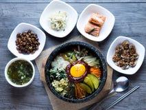 Preparato coreano del riso con le verdure e l'uovo con salsa coreana fotografia stock