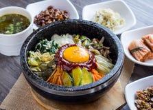 Preparato coreano del riso con le verdure e l'uovo con salsa coreana fotografie stock libere da diritti