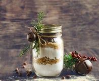 Preparato del biscotto di pepita di cioccolato per il regalo di Natale Fotografie Stock Libere da Diritti