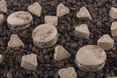 Preparato del caffè dei biscotti, dei cuori dello zucchero e dei chicchi di caffè Fotografia Stock