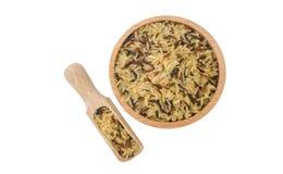 Preparato del riso in ciotola di legno e mestolo isolati su fondo bianco nutrizione bio- Ingrediente di alimento naturale variet? immagini stock