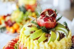 Preparato della frutta del melograno, mela, ananas, arancio Il concetto Fotografia Stock