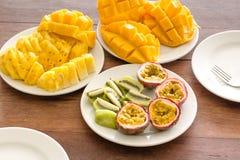 Preparato della frutta su un piatto bianco con illuminazione naturale Fotografia Stock Libera da Diritti
