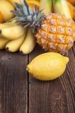 Preparato della frutta tropicale su legno I Fotografia Stock