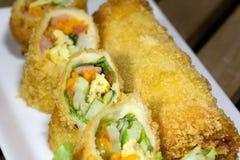 Preparato fritto nel grasso bollente dell'insalata del rotolo Fotografia Stock