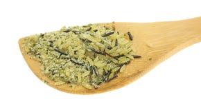Preparato a grana lunga della zizzania su un cucchiaio di legno Fotografie Stock