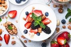 Preparato greco del granola e della bacca del yogurt Vista superiore immagine stock libera da diritti