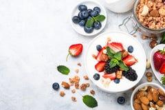 Preparato greco del granola e della bacca del yogurt Vista superiore immagini stock libere da diritti