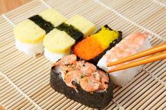 Preparato squisito dei sushi del Giappone con le bacchette immagini stock libere da diritti