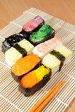 Preparato squisito dei sushi del Giappone con le bacchette fotografia stock