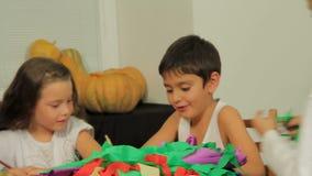 Preparatong voor Halloween: Kinderen het Bewerken stock videobeelden