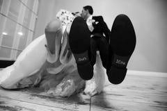 Preparazione in bianco e nero delle scarpe dello sposo e della sposa per le nozze Fotografia Stock Libera da Diritti