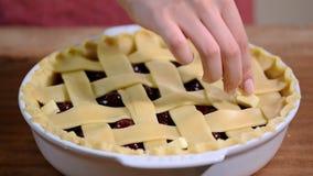 Preparazione a casa della crostata di ciliege casalinga fresca e dolce su una cucina stock footage
