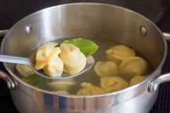 Preparazione degli gnocchi (pelmeni) Fotografie Stock Libere da Diritti