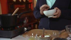 Preparazione degli ingredienti della pasticceria video d archivio